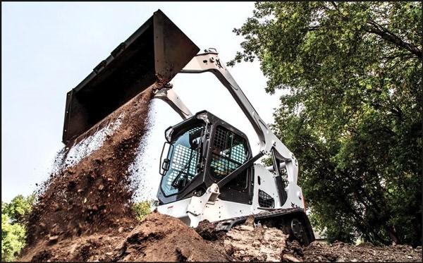 تصویری از یک مینی لودر بابکت حین عملیات خاکبرداری